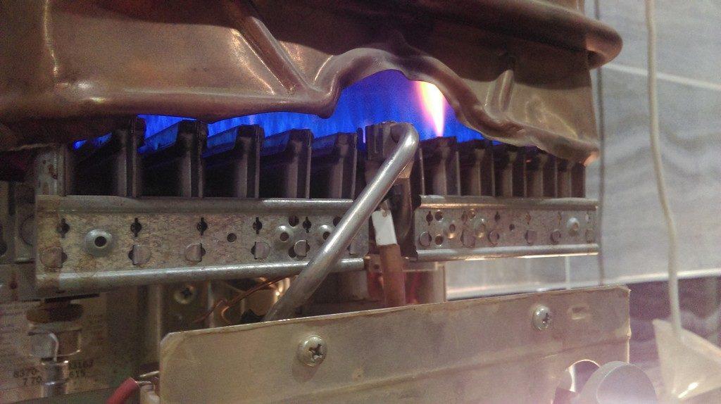 Слабое пламя на горелке газовой колонки